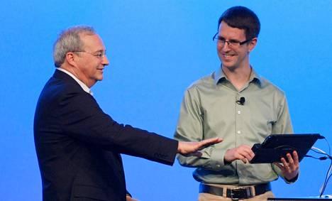Intel Labsin johtaja Justin Rattner kirjautuu järjestelmään kämmenen verisuonitunnistusta käyttämällä.