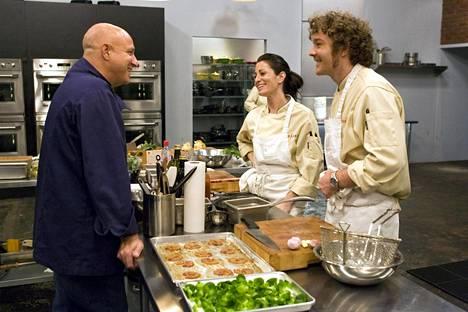Kuva Top Chef -ohjelman neljänneltä kaudelta. Kuvassa tuomari Tom Colicchio ja toisella puolella pöytää kilpailijat Nikki Cascone ja Mark Simmons.