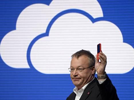 Stephen Elop esitteli Mobile World Congressissa Nokian toistaiseksi halvimman nettikelpoisen luurin, Nokia 220:n.