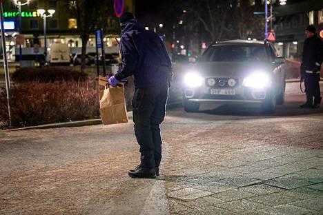 Poliisin tutkijat työskentelivät alueella pimeyden jo laskeuduttua.