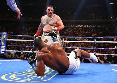 Ruiz löi Joshuan kaikkien yllätykseksi kanveesiin.