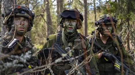 Ruotsalaisia P4-rykmentin varusmiehiä Våreld20-loppusotaharjoituksessa viime toukokuussa.