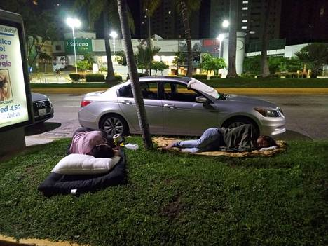 Jälkijäristysten pelossa monet ihmiset jäivät ulos nukkumaan.