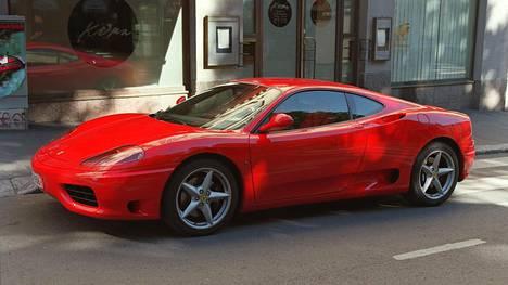 Kiista syntyi Ferrari 360 Modenan remontista. Arkistokuvassa suunnilleen vastaava auto kuin kuluttajariitalautakunnan käsittelemässä tapauksessa.