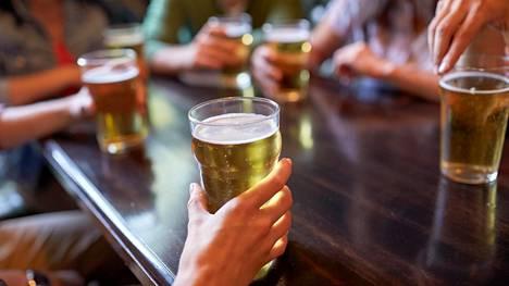 Alkoholia ei pitäisi koskaan juoda tyhjään vatsaan, lääkäri muistuttaa.