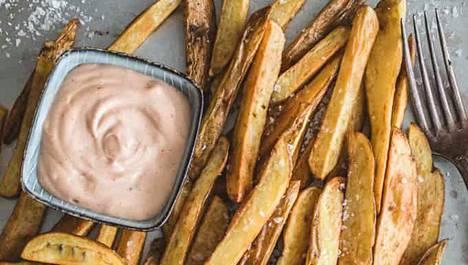 Valurautapata on kätevä friteerauksessa, mutta myös syvä wokkipannun tyyppinen pannu käy loistavasti, Mari Moilanen kirjoittaa.