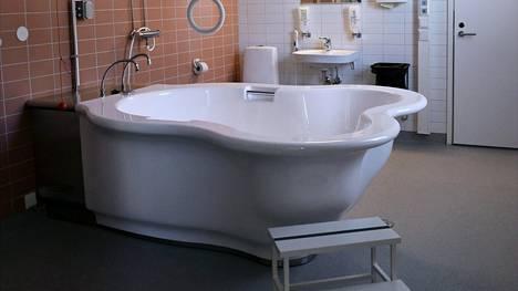 Mahdollisuudet vesisynnytykseen ovat lisääntyneet selvästi. Synnytysallas Naistenklinikalla Helsingissä.