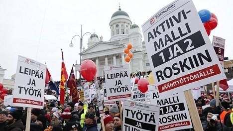 Aktiivimallia vastustettiin Senaatintorilla Helsingissä viime helmikuussa.