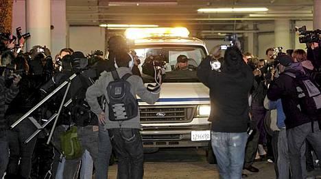 Hotellihuoneeseensa menehtynyttä Whitney Houstonia kuljetetaan - media seurasi paikalla.