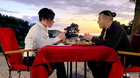 Piia ja Mustafa nauttivat illalliseksi Mustafan valmistamaa grilliruokaa.