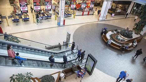 Monen yrityksen toiminta on hiipunut tai jäissä koronan takia. Kuva kauppakeskus Jumbosta Vantaalta huhtikuussa.