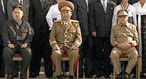Kim Jong Un (vas.) kuvattuna yhdessä isänsä Kim Jong Ilin (oik.) kanssa.