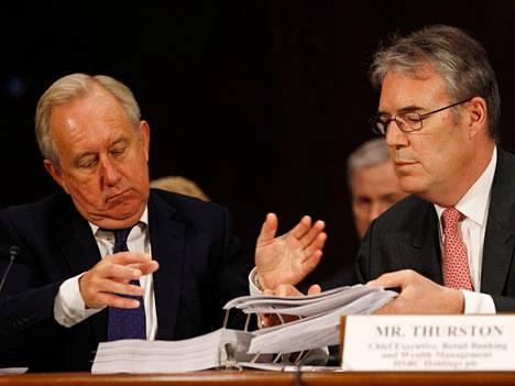 David Bagley (vas) tutki papereita yhdessä HSBC:n vähittäispankkitoiminnan johtajan Paul Thurstonin kanssa maanantaina.