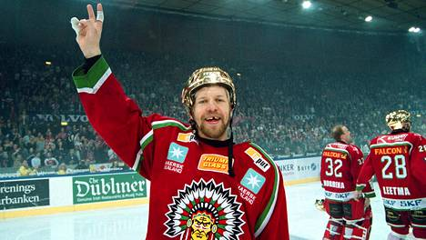 Tomi Kallio juhli Ruotsin mestaruutta Frölundan paidassa vuonna 2003.