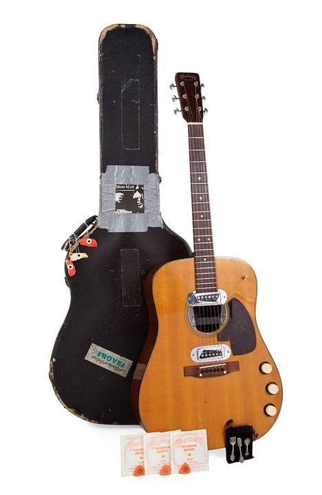 Cobainin kitarakotelosta löytyi kitaran kieliä, kolme plektraa, ja mokkanahkainen pussi.