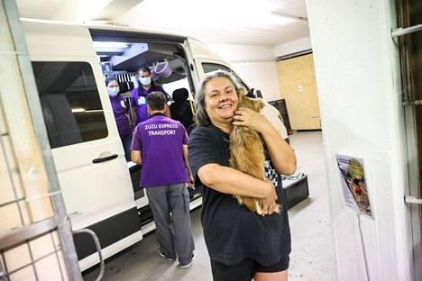 Katariina Kaasinen kantamassa matkalaisia omistajiensa huomaan.