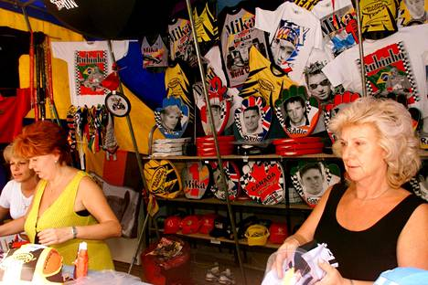Mika-aiheista fanitavaraa myynnissä radalla.