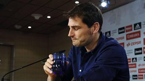 Iker Casillas esiintyi tunteikkaana lehdistötilaisuudessa tiistaina.