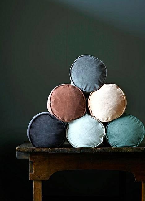 Samettia voi tuoda helposti sisustukseen pienenä yksityiskohtana, vaikkapa hienostuneen sävyisen tyynyn muodossa. Tine K.