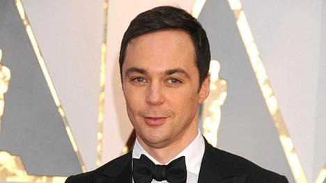 Jim Parsonsin näyttelemä tri Sheldon Cooper ystävineen ovat Rillit huurussa -sarjan keskiössä.