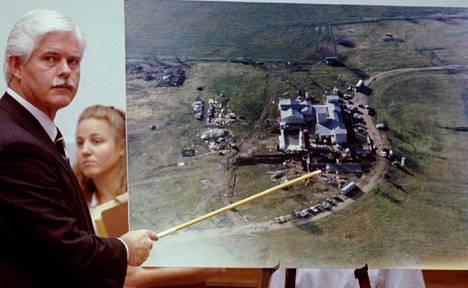 FBI:n agentti Byron Sage esitteli tragedian tutkijoille ilmakuvaa Daavidin oksa -lahkon maatilasta Texasin Wacossa.