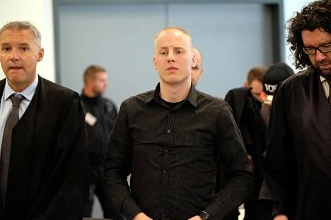 Poliisi tuo Patrick Festingiä oikeuteen.