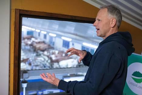 Lepän tilan navetassa lehmät saavat käyskennellä vapaasti. Tilalla on panostettu uuteen teknologiaan ja navetassa on ollut 2000-luvun alusta lypsyrobotti, jonka huomaan lehmät osaavat itse hakeutua.