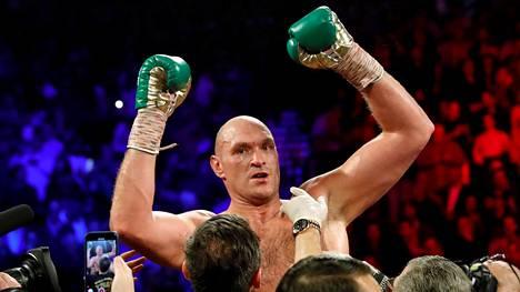 Tyson Fury juhlii helmikuussa, jolloin hän päihitti raskaansarjan huippuottelussa Deontay Wilderin.