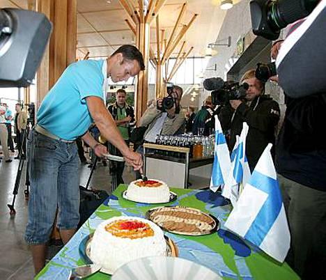 Tero Pitkämäki leikkasi täytekakkua palatessaan Osakasta Suomeen. Lokakuussa pohjanmaalaiset pääsevät juhlimaan yhdessä sankarinsa kanssa.