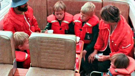 Tuleva huippujääkiekkoilija Teemu Selänne on kuvassa 3. vasemmalta. Mutta kuka on pieni tyttö kuvan oikeassa laidassa?