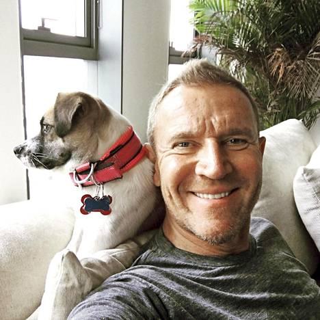 Renny Harlin on hankkinut Pekingin-taloonsa seurakseen Rascal-koiran.