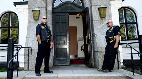 Cannonballin miehet seisoivat kirkon ovella.