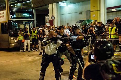 Poliisi ja mielenosoittajat ottivat yhteen poliisiaseman edessä tiistaina.