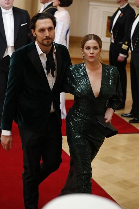 Näyttelijä Pihla Viitala saapui Linnan juhliin yhdessä puolisonsa Alex Schimpfin kanssa. Viitala luotti Mert Otsamon tyylikkääseen iltapukuun.