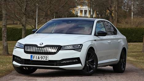 Pienoinen facelift, 13 kWh:n ajoakusto ja sähkömoottori hinnan kuitenkaan pahasti karkaamatta tehostavat Superbin haluttavuutta.