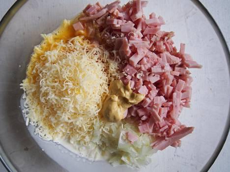 Ainesten määrän on summittainen. Laita sen verran kinkkua kun sitä on jäljellä. Juustokin voi olla melkein mitä tahansa juustotarjottimelta on jäänyt yli.
