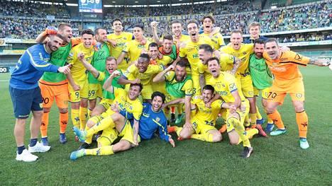 Chievo Veronan pelaajat juhlivat voittoa Beneventosta viime kauden lopussa.