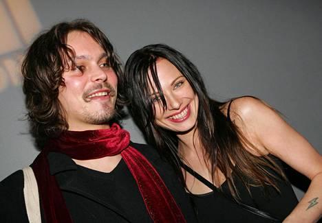 Ville ja Jonna hehkuivat onnea vielä syyskuussa 2006. Parin suhteessa oli paljon myrskyjä, ja erostakin uutisoitiin pari kertaa ennen lopullista eroa.