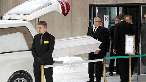 Kari Tapion arkkua kannettiin sisälle Tapiolan kirkkoon.