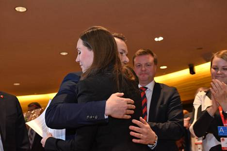 Joulukuussa SDP:n pääministeriehdokkaaksi valittu Sanna Marin sai onnitteluhalauksen puolisoltaan Markus Räikköseltä.