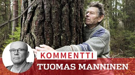Ympäristöfilosofi Pentti Linkola Valkeakoskella marraskuussa 2012. Hän mittasi käsivarsillaan puun halkaisijaa. – Jos puu ei mahdu sylinmittaan niin kyseessä on puu eikä taimi, Linkola tuumaili.