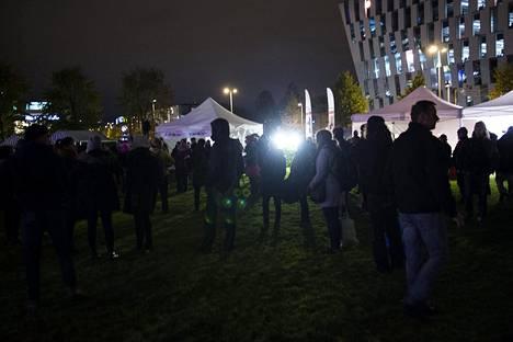 Asunnottomien yön päätapahtuma Helsingissä houkutteli Dallapénpuistoon runsaasti asunnottomia ja muita teemasta kiinnostuneita.