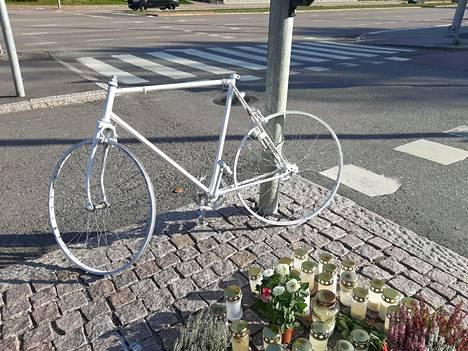 Valkoinen polkupyörä on niin sanottu haamupyörä. Sellaisen vieminen onnettomuuspaikoille on ulkomailta Suomeen siirtynyt tapa.