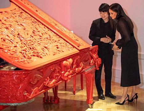 Brittimedian mukaan herttuatar Meghan vaikuti todella kiinnostuneelta oseanialaisesta taiteesta.