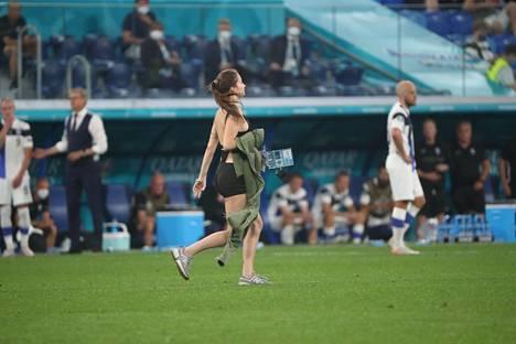 Kentälle juossut fani luopui takistaan – kenties Pietarin piinaavaan helteen takia.