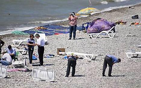 Tutkijat tarkastivat rannalla sijainnutta räjähdyspaikkaa torstaina Sotshissa.
