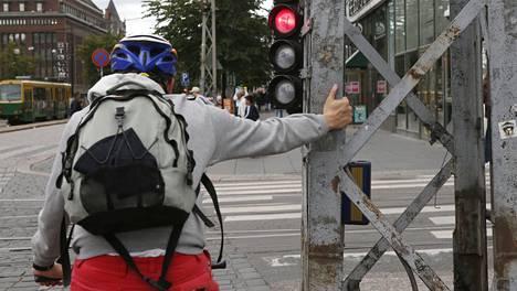 Liikenneturva tarkkaili pyöräilijöitä Jyväskylässä. Arkistokuvassa pyöräilijä toimii oikeaoppisesti Helsingissä.