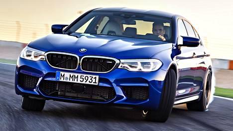 Kuvassa BMW M5:ttä ajava kuski ei millään tavoin liity brittiläisten stereotypioihin.