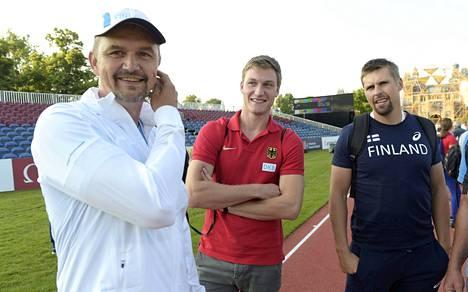 Tero Pitkämäen valmentaja Hannu Kangas kävi katsastamassa keihäskarsinnan heittopaikan ja löysi juttuseuraa Thomas Röhleristä ja Antti Ruuskasesta.