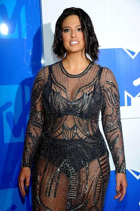 Plus-koon malli Ashley Graham on tunnettu muun muassa näyttävistä alusvaatekuvistaan. VMA-gaalassa läpinäkyvässä asussa huomion veivät sen alla olleet alusvaatteet.